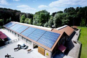 ganaderia con paneles solare en el techo de la explotacion ganadera. autoconsumo en empresas e industria